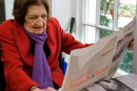 Helen Thomas leyendo un periódico en los últimos tiempos de su vida