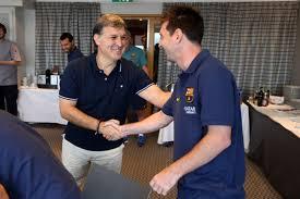 Mrtino y Messi saludándose por primera vez en Noruega
