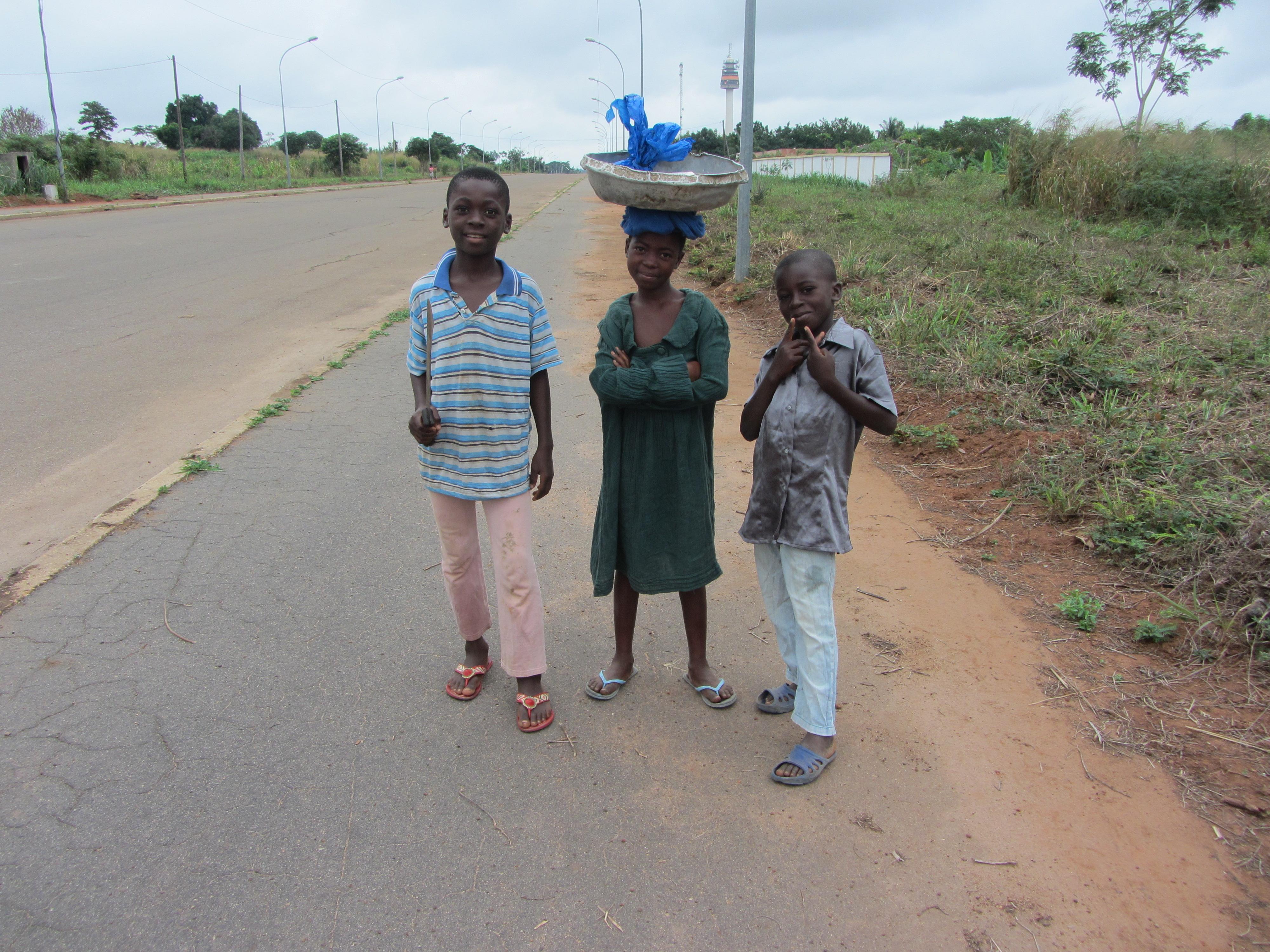 Tres niños en una desertica calle de Yamoussoukro
