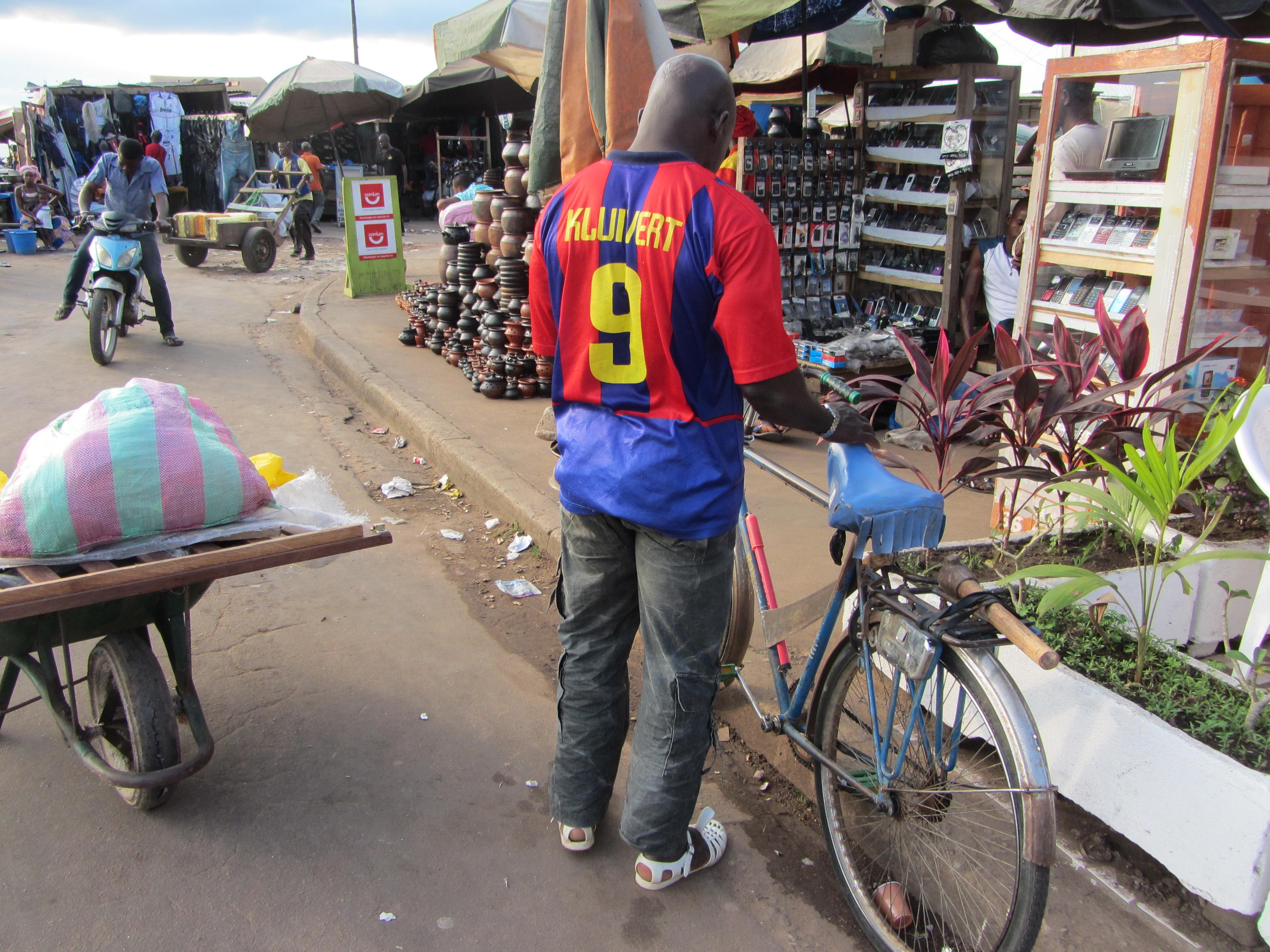 Una calle principal con vestigios del Barça de Kluivert