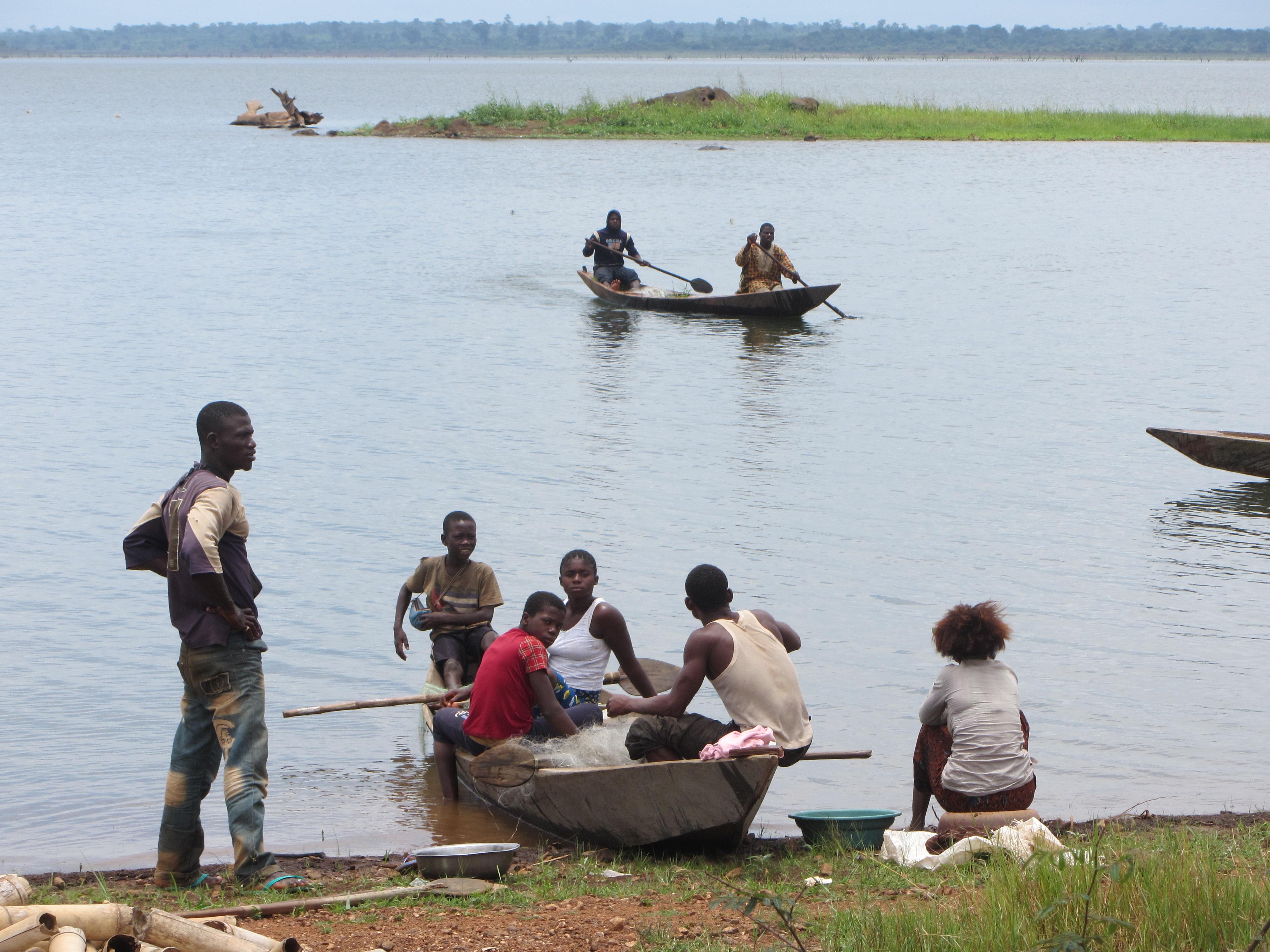 Un grup de gent jove preparant-se per pescar