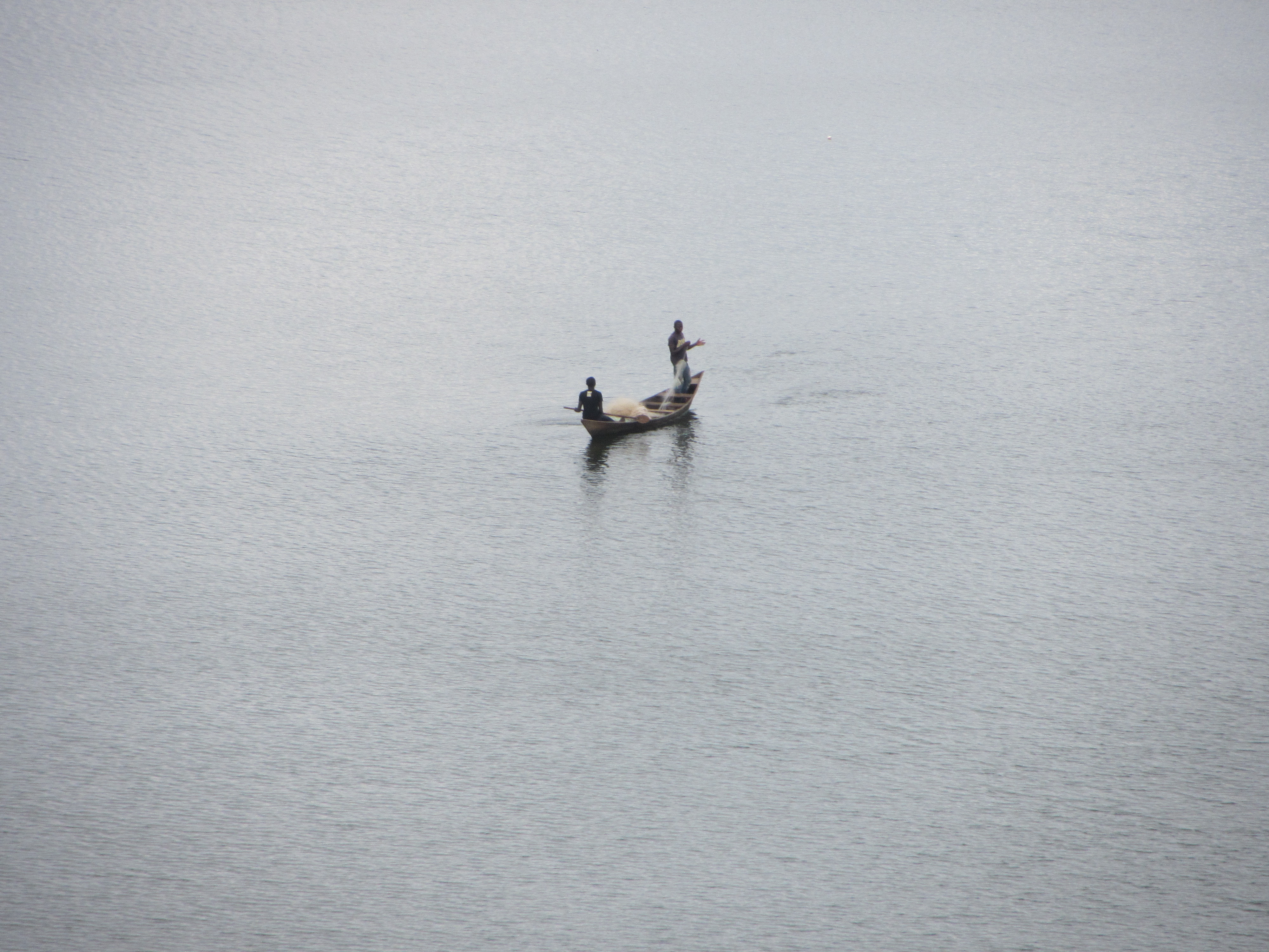 Una barca solitària al bell mig del llac-embassament