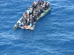 Patera cargada de inmigrantes camino de Europa