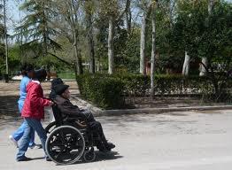 Acompañantes de ancianos en silla de ruedas