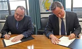 Alex Salmond i David Cameron signant a Edinburg l'acord per la celebració del referèndum