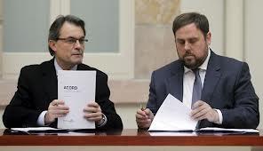 Artur Mas y Oriol Junqueras firmando el pacto de legislatura