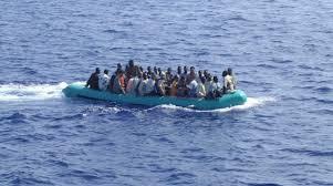 Inmigrantes aproximándose a la isla de Lampedusa