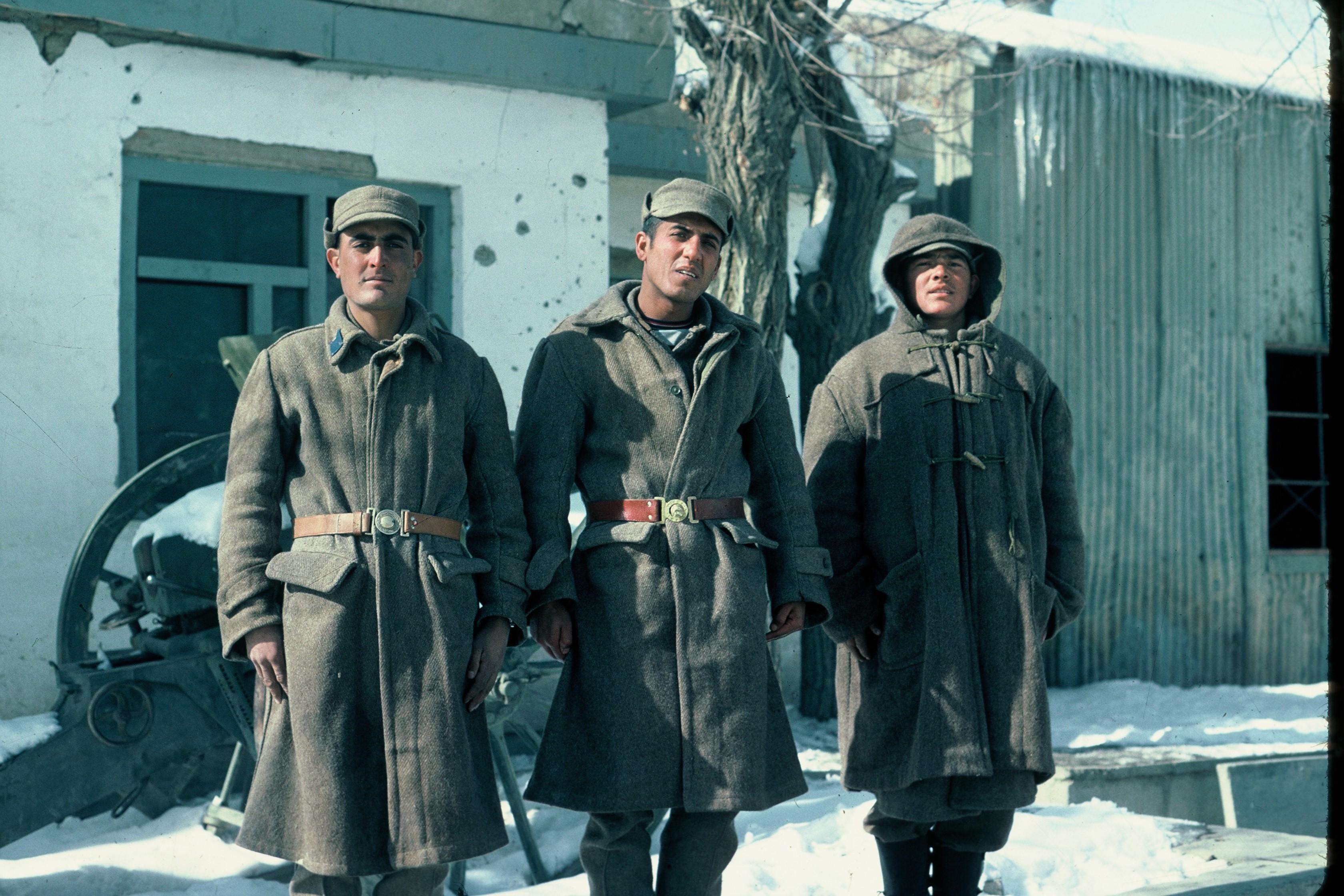 Tres soldados afganos desarmados tgras la entrada de las tropas soviéticas en Kabul en1979