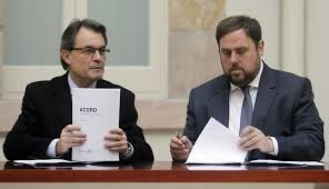 El president Artur Mas i Oriol Junqueras signant el pacte de legislatura
