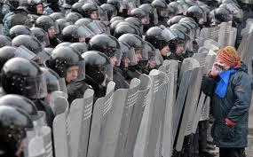 Soldados ucranianos contra manifestantes pro rusos