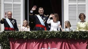 Los nuevos Reyes, el Rey padre y las infantas en el balcón del Palacio de Oriente.