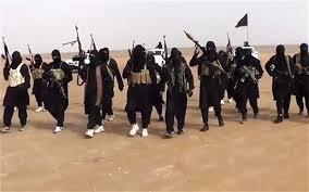 Soldados del Estado islámico de Iraq y el Levante avanzando armados en Iraq