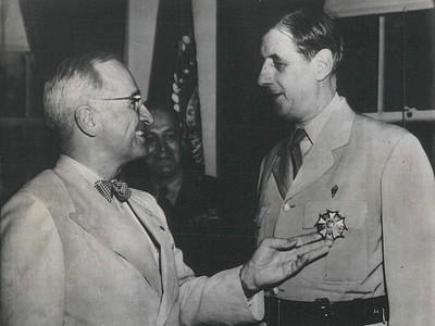 De Gaulle recibe una condecoración del presidente Truman en 1945