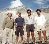 Jordi Pujol y tres de sus hijos con una montaña del Pirineo al fondo