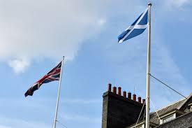 Banderas escocesa y británica