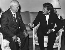 Kruschev y Kennedy en una de las cumbres del comienzo de los años sesenta