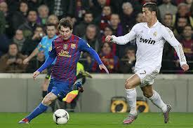Messi y Cristiano Ronaldo luchando por el balón