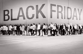 Colas para comprar en un centro comercial el día de Black Friday