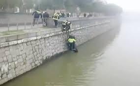 Momento en el que la policía rescata del río Manzanares la víctima de la violencia entre bandas