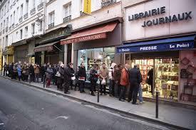 Colas en una librería de París para adquirir el número especial de Charlie Hebdo