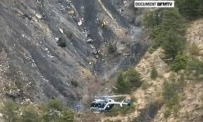 Restos del avión siniestrado en los Alpes franceses