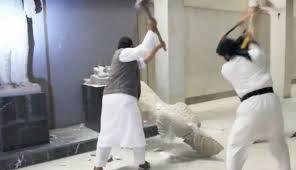 Iconoclastas destruyendo esculturas en el museo de Mosul