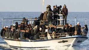 Una barca cargada de inmigrantes camino de Europa
