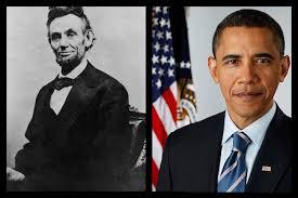 Barack Obama con una fotografia de Lincoln al fondo