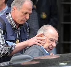 Rodrigo Rato entrando en el coche de la policía