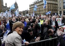 La líder del SNP, Nicola Sturgeon, en campaña electoral en Escocia