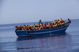 Barcaza de inmigrantes navegando por el Mediterráneo