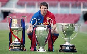 Leo Messi con las tres copas conquistadas esta temporada
