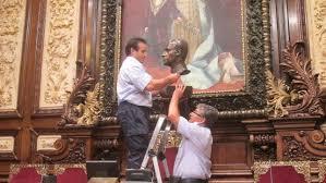 Momento de retirada del busto de Juan Carlos I del salón de plenos del Ayuntamiento