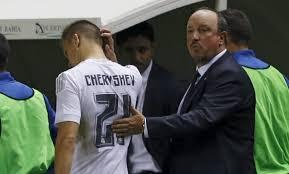El entrenador Benítez al retirar a Chervschev que no podía jugar por una sanción acumulada