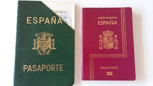 Antiguo pasaporte español antes de pertenecer a la UE y el actual bajo el paraguas europeo