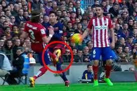 Una patada en la rodilla de Messi en el encuentro Barça-Atlético de Madrid