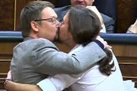 Beso fraternal entre Pablo Iglesias y Xavier Domènech en el debate de investidura del candidato Pedro Sánchez