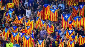 Banderas estelades en un encuentro de fútbol del F.C. Barcelona