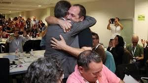 Efusiva abraçada entre el president Mas i David Fernández, membre de la CUP, quan les relacions eren afectuoses.