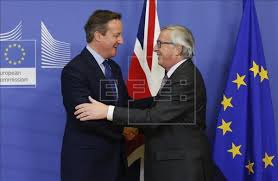 David Cameron saluda a Jean Paul Junckers, presidente de la Comisión tras la decisión británica de abandonar la UE