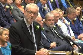 Jeremy Corbyn, líder del Partido Laborista, con rosa blanca en el ojal, en el momento de rendir tributo a Jo Cox en el Parlamento