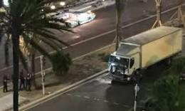El camión de la muerte al iniciar su trayecto criminal por la avenida de los Ingleses de Niza. Triste celebración del 14 de Julio en Francia.