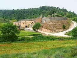Les restes del castell de Saladern i la causa pairal que hi queda al costat.