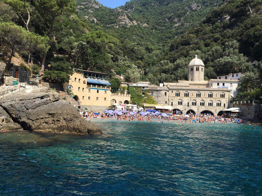 El monestdir de San Fructuoso, a la costa de la Liguria, només accessible per mar. Els banyistes, atapeïts devant de les antigues cel·les.