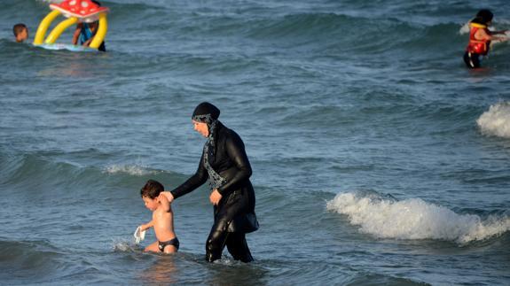 Una mujer musulmana se baña con burkini en una playa del sur de Francia