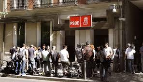 Aglomeraci`ón de periodistas en la puerta de la sede del PSOE en la calle Ferraz de Madrid