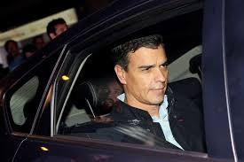 Pedro Sánchez abandonando la sede de Ferraz después de dimitir como secretario genereal del PSOE