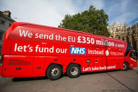 Un autobús de la campaña del Brexit con el slogan de una gran mentira que fue considerada un error el dia mismo del escrutinio.