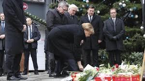 La canciller Angela Merkel depositando unas flores en el lugar del atentado en un mercadillo navideñoi de Berlín