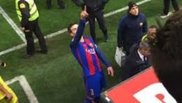 Gerard Piqué señala con el dedo al Palco del Villarreal quejándose de la actuación arbitral ante Javier Tebas